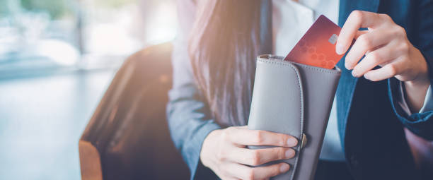 frauen hand mit einer kreditkarte, sie zog die karte aus ihrer brieftasche. web-banner. - karte ziehen stock-fotos und bilder