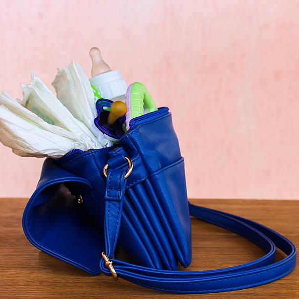 damen handtasche mit artikel zu pflege für das kind - babytasche stock-fotos und bilder