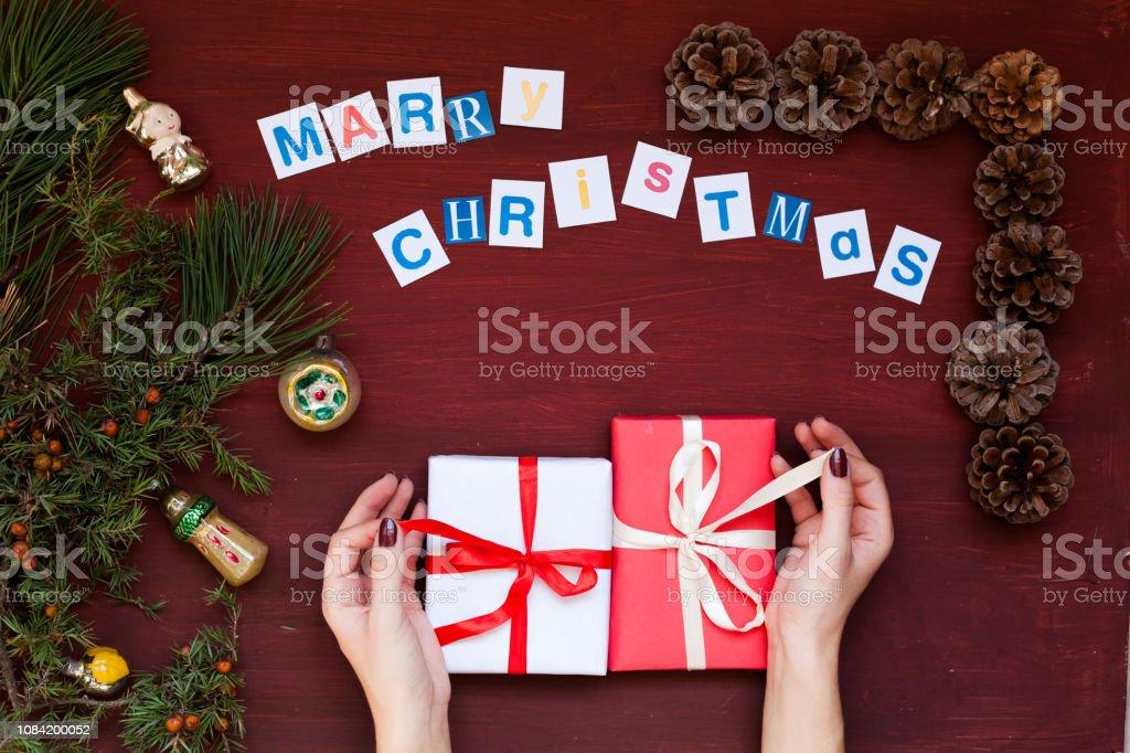 Frauen Geschenke Weihnachten.Frauen Hande Weihnachten Hintergrund Neujahr Baum Dekoration