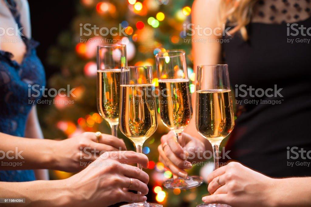 Die Hände von Frauen mit Brille Champagner. – Foto