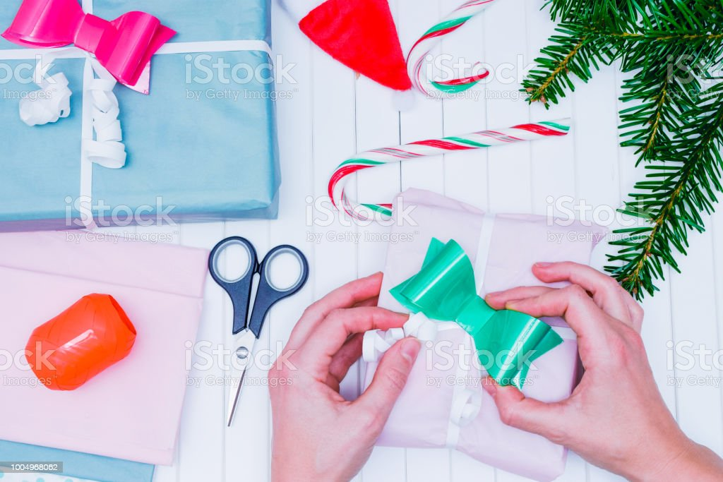 Die Hände Von Frauen Wickeln Sie Ein Weihnachtsgeschenk Weihnachts ...