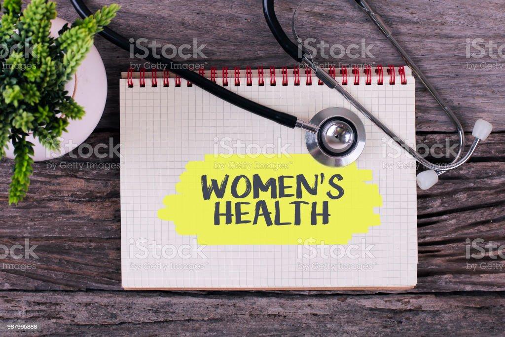 Frauen Gesundheit Wort zum Notebook, Stethoskop und grüne Pflanze. – Foto