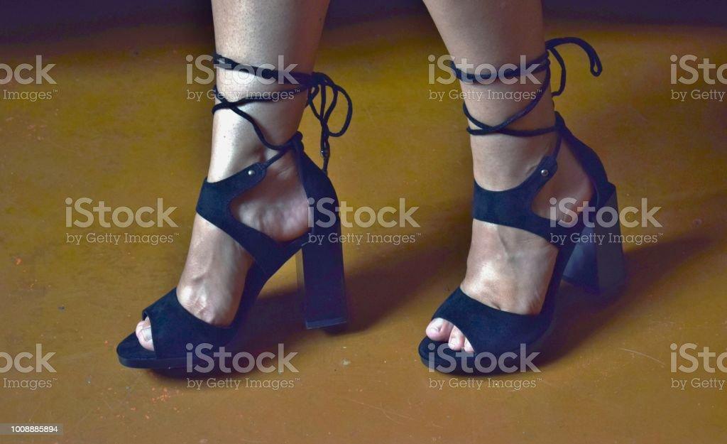 Droit Femmes Libre De En Noires Jambes Belles Sandales Photo QBdxCoreEW