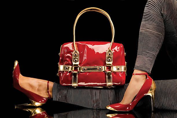 frauen beine in roten high heels und red purse - leder handtaschen damen stock-fotos und bilder