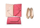 白い背景で隔離の革製バッグを持つ女性の高級フラット靴