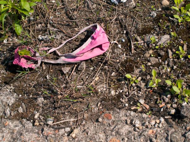 草の上の女性のパンティー ストックフォト