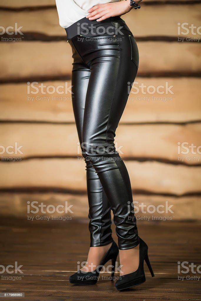 35107d2686 Mujeres Pantalones De Cuero Foto de stock y más banco de imágenes de ...