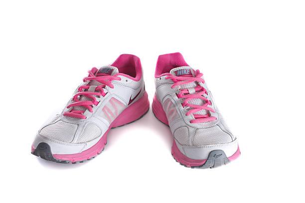 women's pink laufschuh-sneakers - nike damen sneaker stock-fotos und bilder