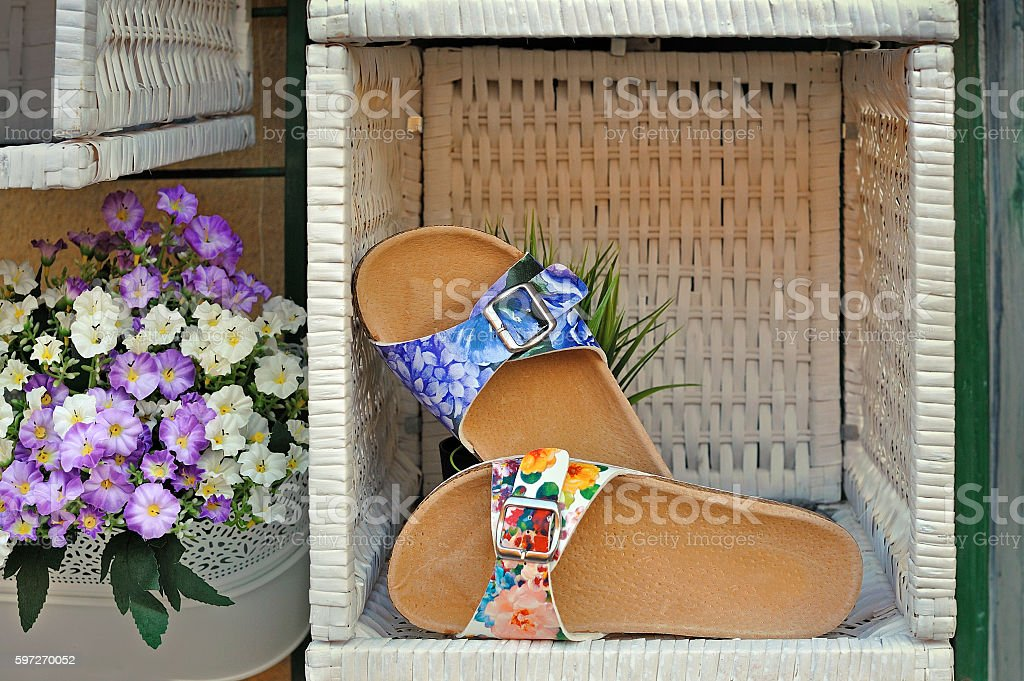 Women's sandals with floral print in woven box photo libre de droits