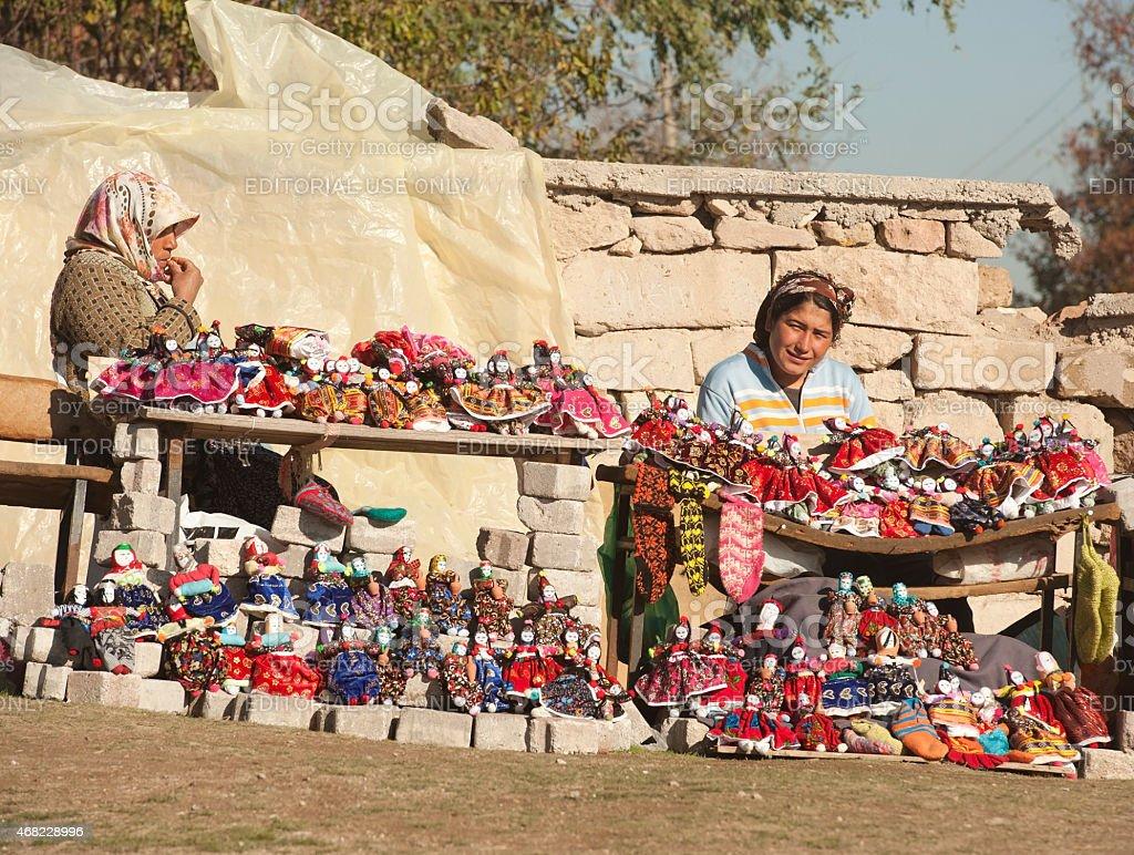 Womens venda bonecas de pano - foto de acervo