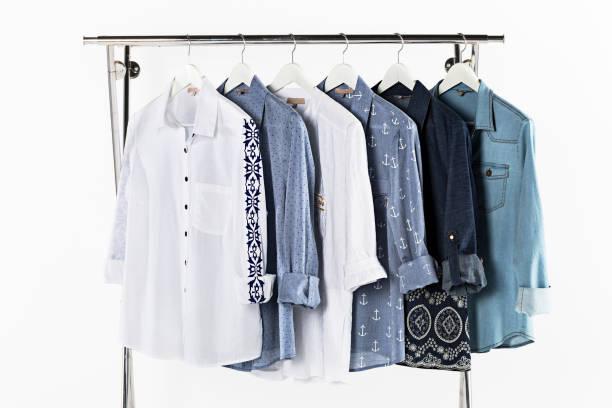 Damenhemden auf Kleiderbügeln isoliert auf weißem Hintergrund – Foto