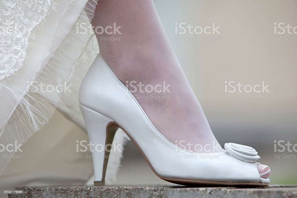 Women's Schuhe und Saum der Hochzeit Kleid. – Foto