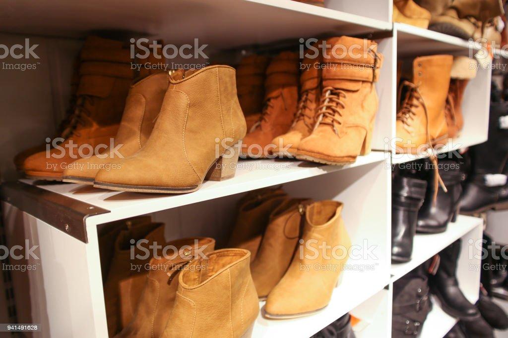 46aa102547 Sapatos femininos em venda exibido em uma loja foto de stock royalty-free