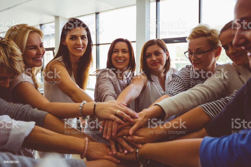 Frauen Nationalmannschaft. Gruppe von glücklichen Frauen Hand in Hand – Foto
