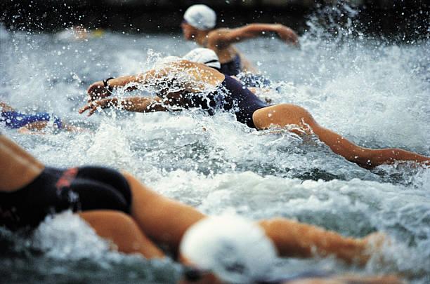 Triatlón femenino natación inicio - foto de stock