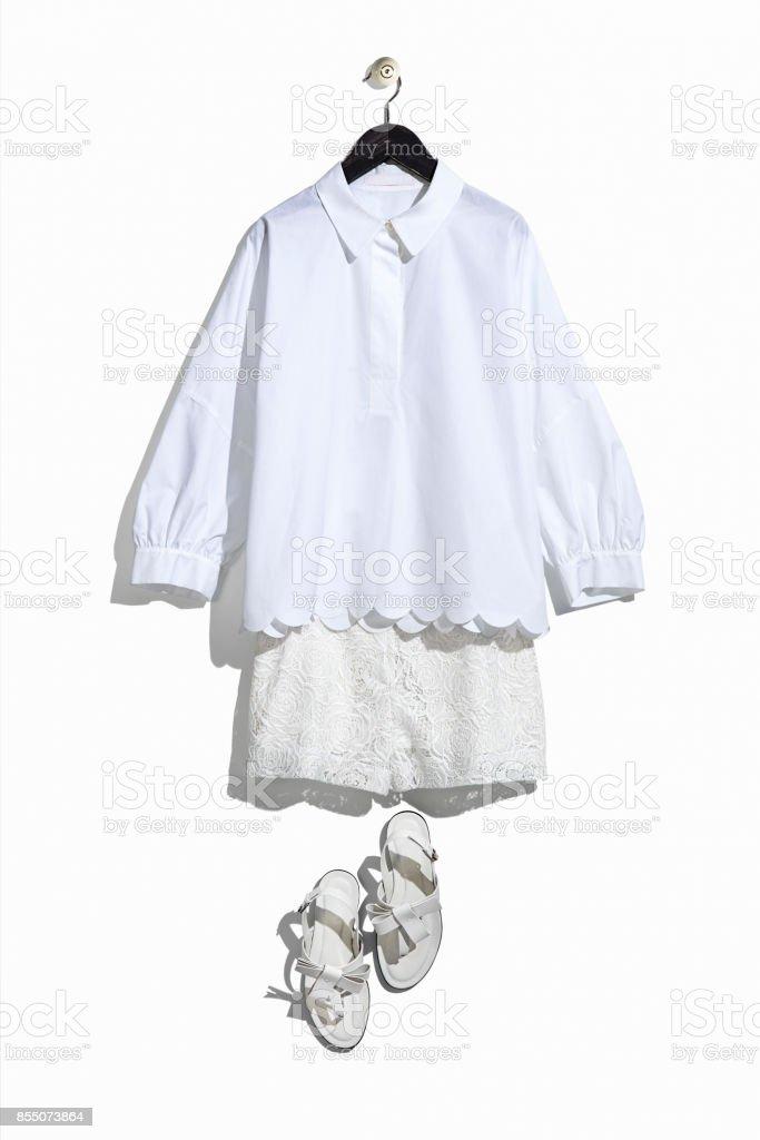 Damen weißes Hemd und Spitze Shorts mit Sandalen – Foto