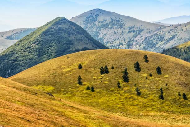 Maravilloso paisaje de Abruzzo en Campo Imperatore, hermosas colinas en la alta montaña en verano - foto de stock