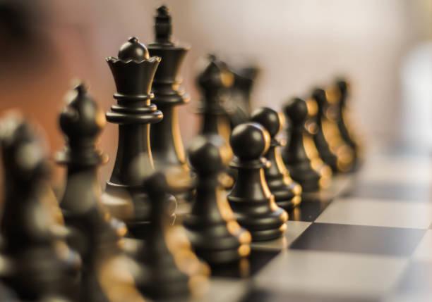 harika satranç figürleri ve bitcoin, Strateji kavramı stok fotoğrafı