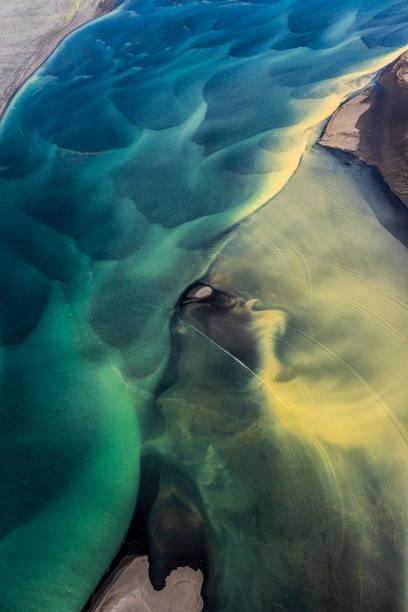 Wunderbare Traumlandschaft von Island, mit fließenden Gletscherflüssen, aus einem Hubschrauber – Foto