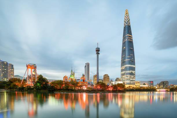 湖でソウル都心で高層ビルの素晴らしい夕景 - ソウル ストックフォトと画像