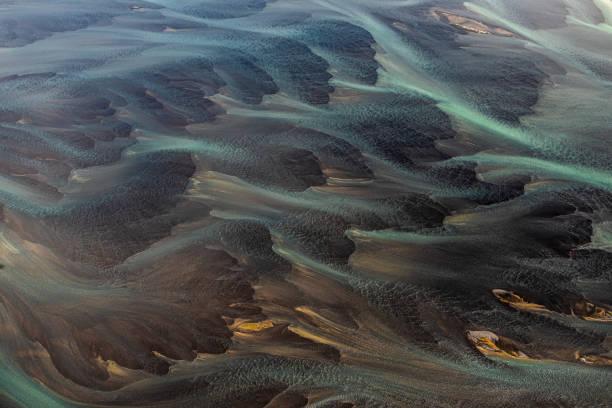 Wunderbare fließende Landschaft Islands, mit ihren Gletscherflüssen, die die Landschaft durchfließen – Foto