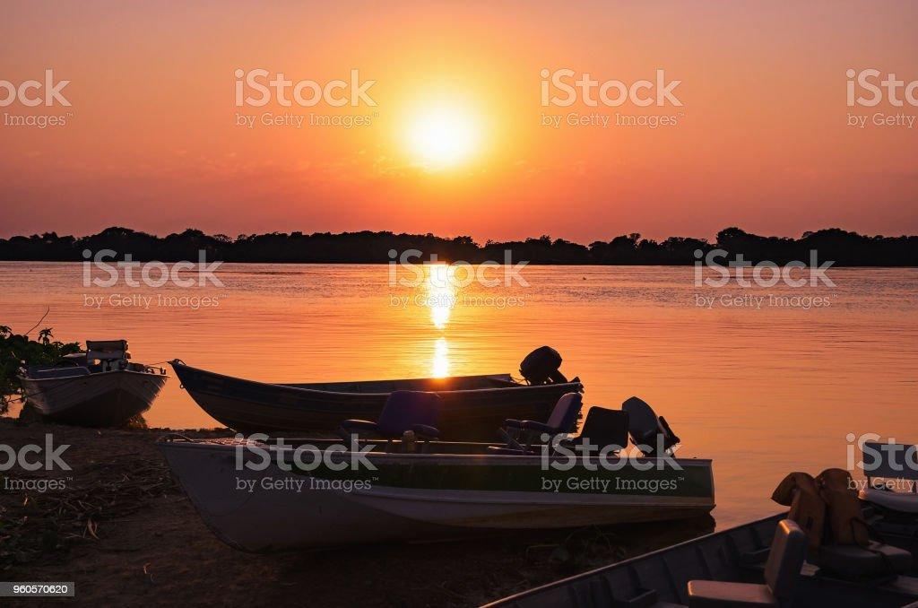 Maravilhosa paisagem de uma silhueta de barcos em um incrível pôr do sol - foto de acervo