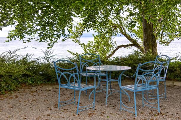 wunderbare sitzecke im freien, am bodensee - couchtisch metall stock-fotos und bilder