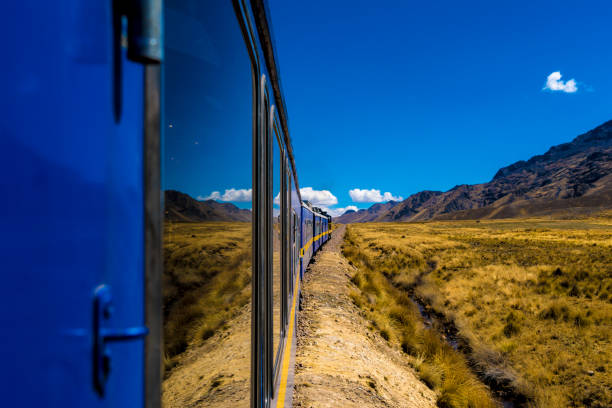 クスコ、プーノ、ペルー間の列車からの眺望 - プノ ストックフォトと画像