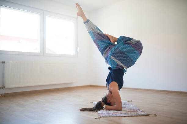 wunderbare yoga - pumphose stock-fotos und bilder