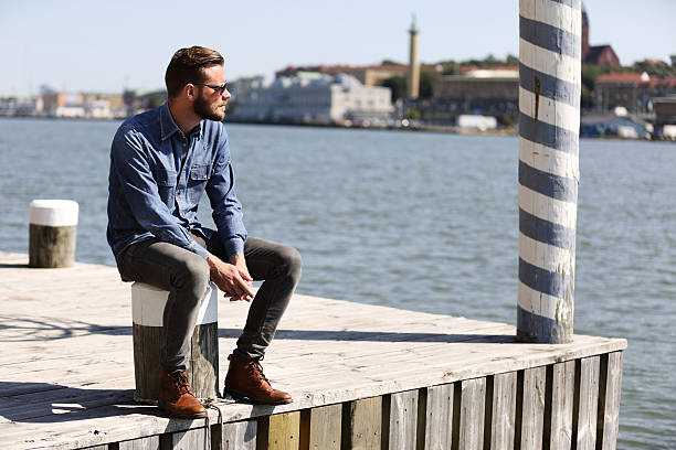 Wondering man sitting outdoors - foto de acervo