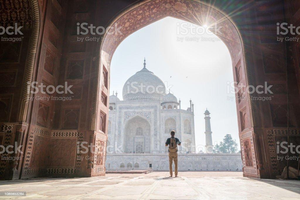 Wonderlust Mann entdecken wunderschöne Taj Mahal bei Sonnenaufgang – Foto