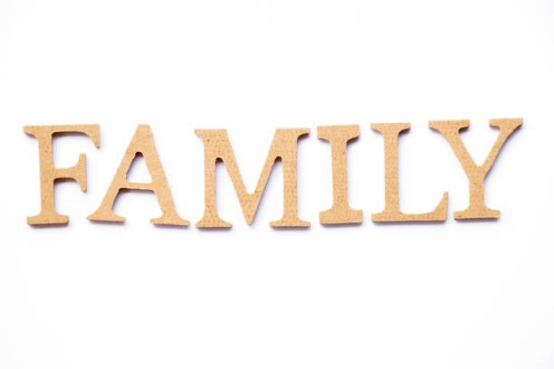 holz-alphabet in familie wort auf weißem hintergrund - papa zitate stock-fotos und bilder