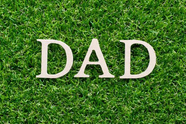 holzalphabet in wort papa auf künstlichem grünen grasgras - papa zitate stock-fotos und bilder