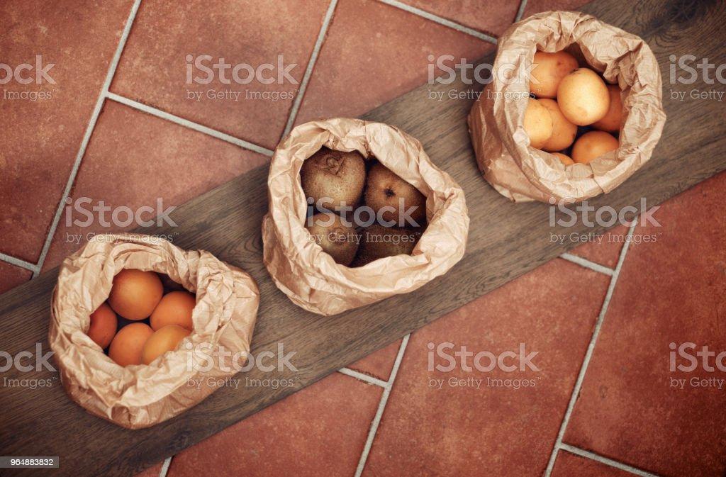 木材和兵馬俑, 紙袋中的新鮮水果 - 免版稅一組物體圖庫照片