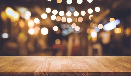 Houten Bar Tafel Met Vervagen Verlichting In De Nacht Street Café Stockfoto en meer beelden van Aansteken