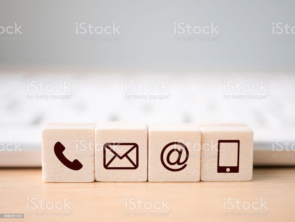 Holz-Block-Symbol Telefon, Mail, Adresse und Handy. Seite der Website kontaktieren Sie uns oder e-Mail-marketing-Konzept - Lizenzfrei Am Telefon Stock-Foto