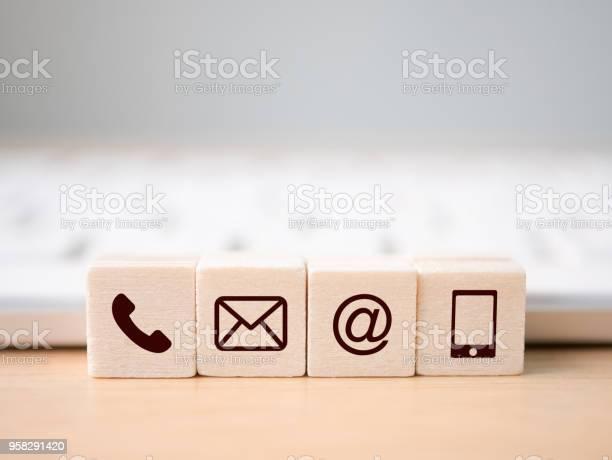 Holzblocksymbol Telefon Mail Adresse Und Handy Seite Der Website Kontaktieren Sie Uns Oder Emailmarketingkonzept Stockfoto und mehr Bilder von Am Telefon
