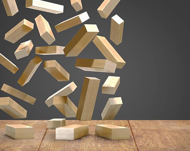 Holz blocks fallingon Holzboden schwarzem Hintergrund. – Foto