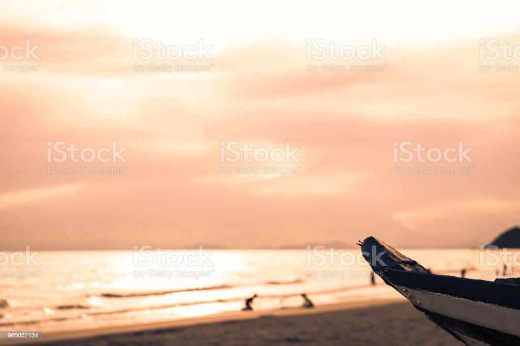 trä båt med typisk havet på bakgrunden - Royaltyfri Ankrad Bildbanksbilder
