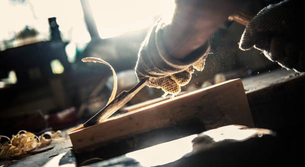 holz schnitzen-detail - schnitzmesser stock-fotos und bilder