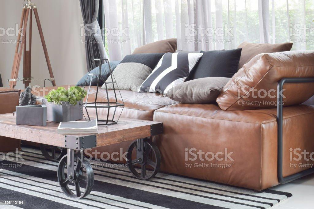 Holz Zentrum Tabelle Mit Rad Und Leichte Braune Ledercouch Im Industriellen  Stil Dekoration Lizenzfreies Stock