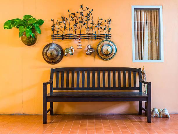 Holz Stuhl im hotel wohnen den Seitenwänden – Foto