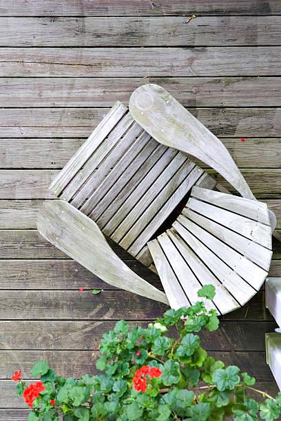 Holz Sessel auf Veranda aus, – Foto