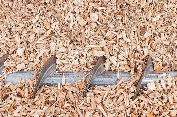 lasca de madeira auger para carregar para biomassa caldeira - desperdício alimentar imagens e fotografias de stock