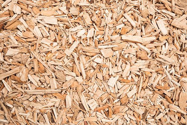 wood chip kraftstoff für biomasse boiler - peeling herstellen stock-fotos und bilder