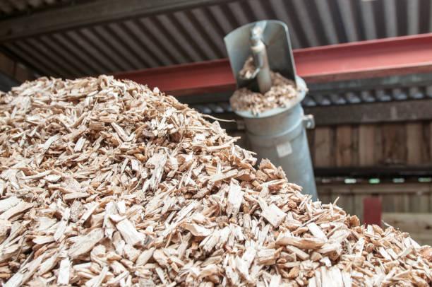 hackschnitzel-stack für biomasse-kessel - häcksler stock-fotos und bilder