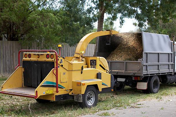 wood chipper sprays schmutz - häcksler stock-fotos und bilder