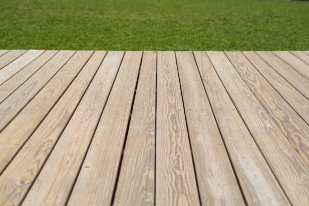 Holzdeck und Rasen-Hintergrund – Foto