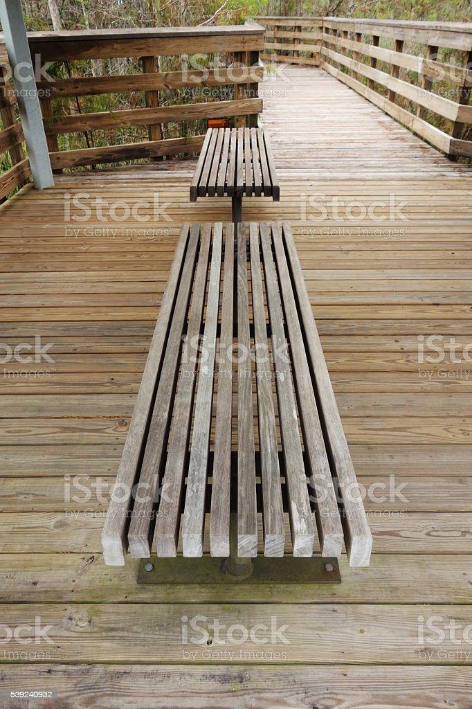 Terraza de madera con asiento y barandillas foto de stock libre de derechos