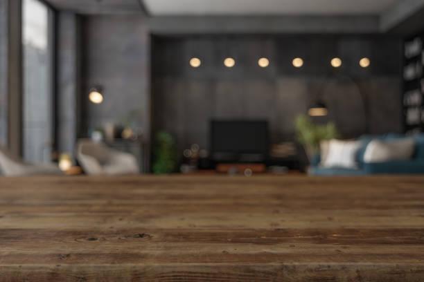 Holz leere Oberfläche und Wohnzimmer als Hintergrund am Abend – Foto